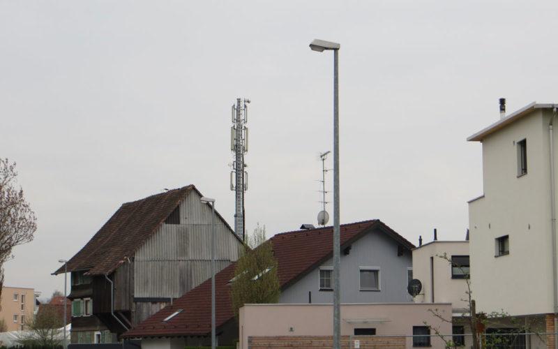 Der starke Sendemasten (UMTS und GSM, Kategorie 3) senden permanent direkt in Schlafzimmer.